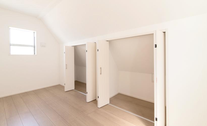写真1枚目は3Fの5帖の洋室。収納が充実しています。
